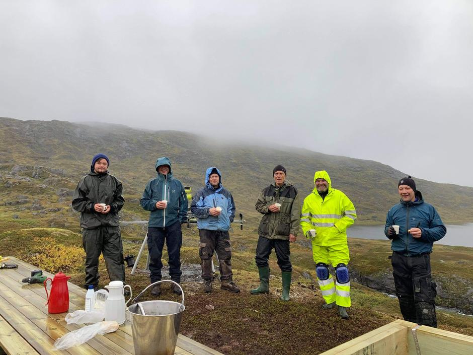 Flinke frivillge legger ned solid innsats for å gi turgåere husly på fjellet. Fra venstre: Krister Karlsen, Yngve Nyheim, Bjørn Vestnes, Ivar Bergan, Kristian Jakobsen og Edmund Evensen.