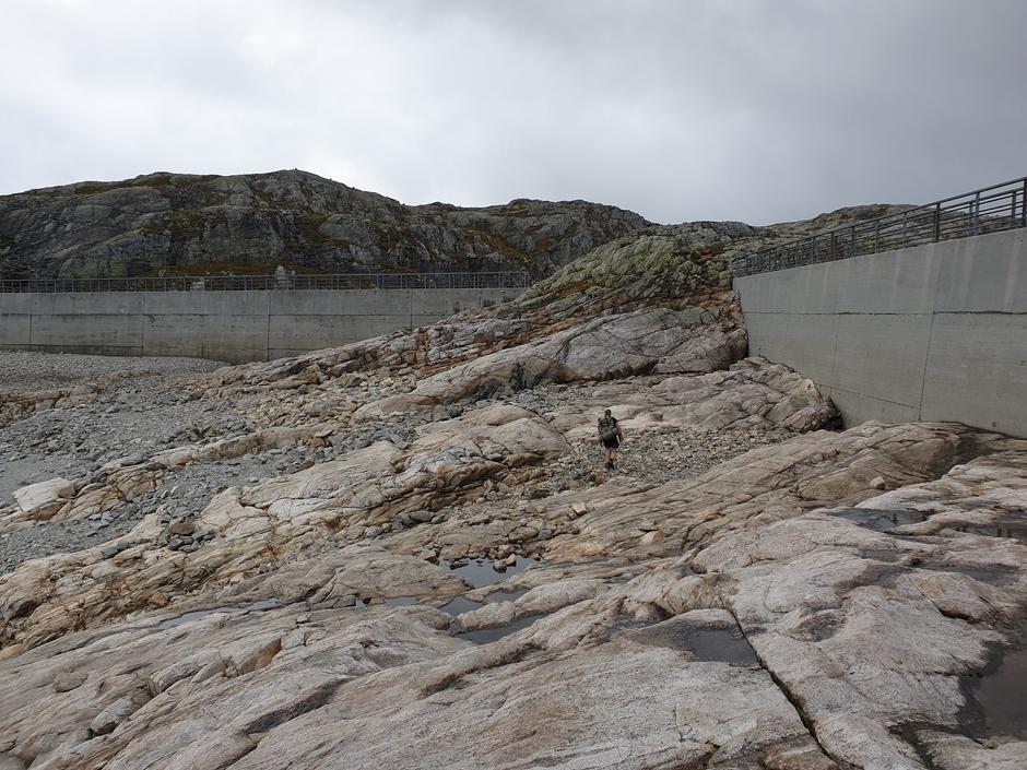 Svært lite vann i Blåsjø. Her på nedsiden av demningen.