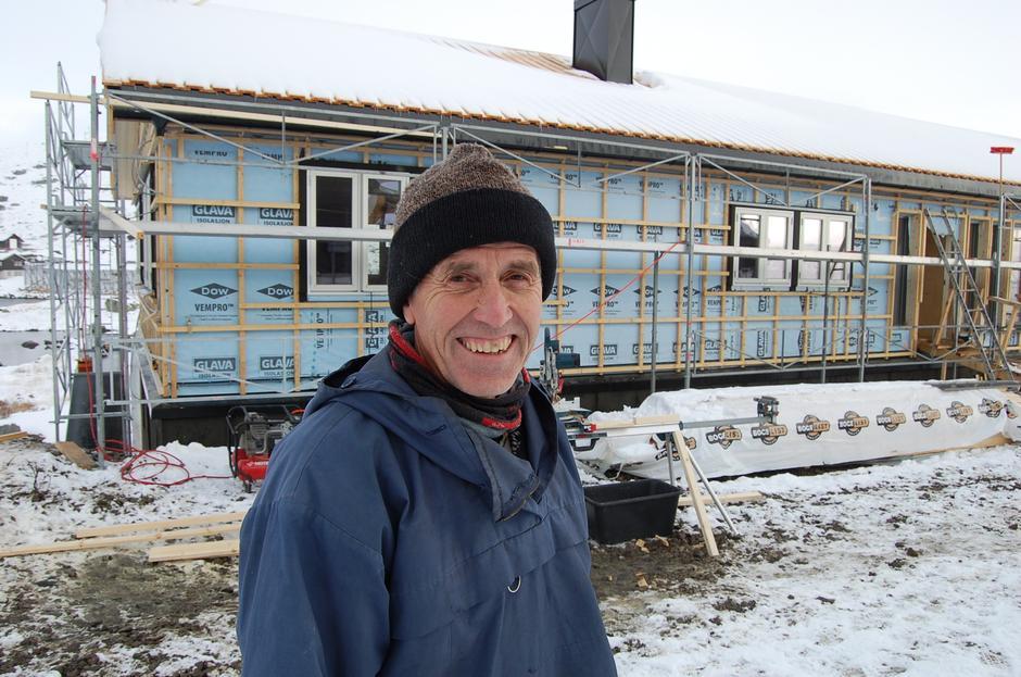 Bygningssjef Anders Gjermo i DNT Oslo og Omegn gleder seg til byggestart på hovedbygningen. Her står han foran nye Brebua.