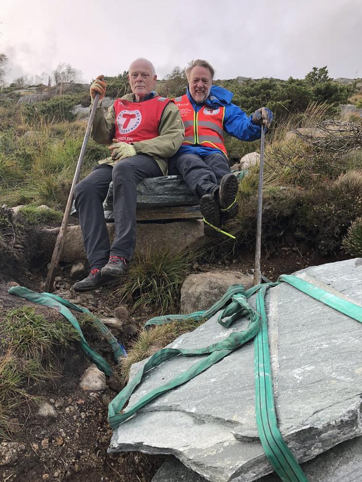 Det må sterke dugnadsarbeidere som Åge Amdal og Knut Sellevold til for å kunne løfte tunge steinheller.