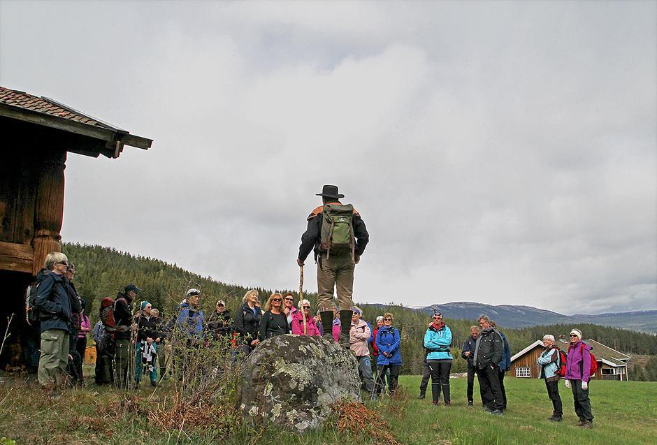Tor Nicolaysen foredrar på Vik. Blefjell skimtes så vidt til høyre i bilde.
