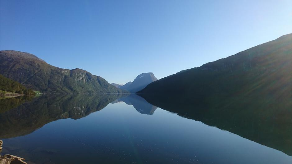 På heimveg langs Breimsvatnet med utsikt til Skjorta