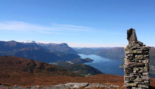 Haugsvarden med utsikt ut Nordfjorden