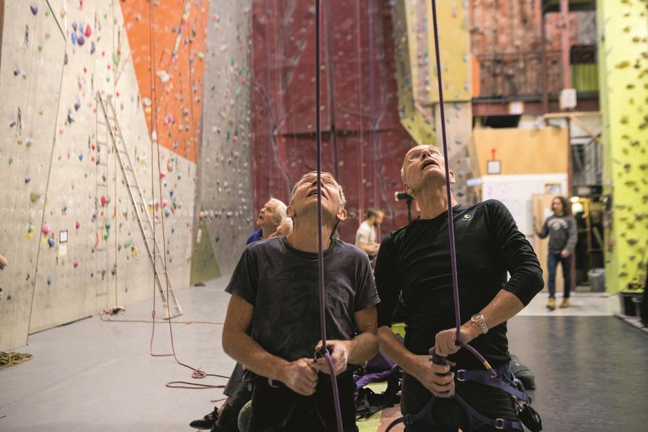 FULLT FOKUS: Så lenge øynene er på klatrerne kan man jo småsnakke litt seg i mellom. Samholdet og humoren er nærværende i gruppa. Geir Lysfjord (t.v.) og Steinar Mediaas sikrer mens to andre klatrer.