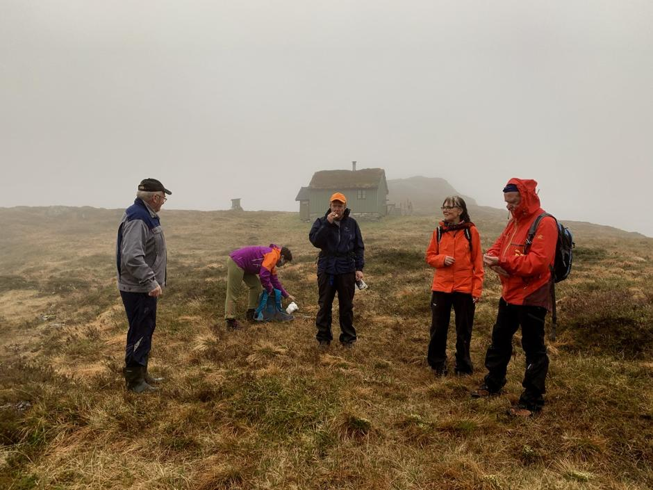 Leif Nydal (t.v.) var på plass for å fortelje om stølshistoria på Finneskotet.
