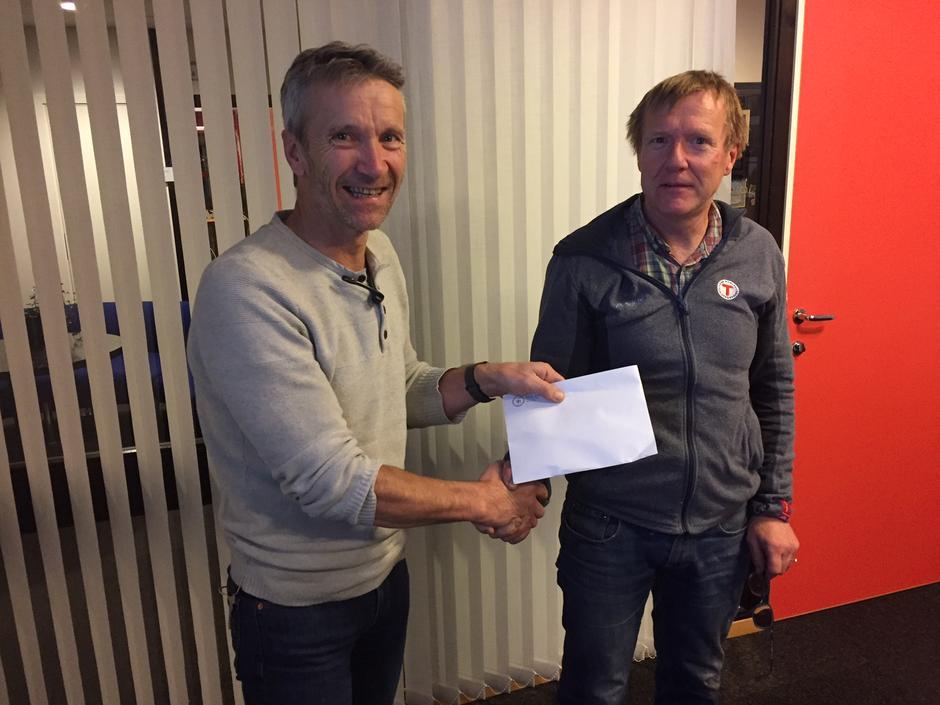 Asle Veien (t.v.) vert takka for innsatsen av leiar Kjell Arne Hjellbrekke.