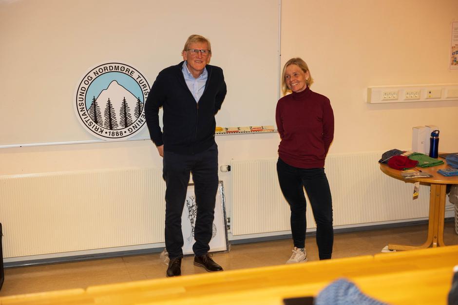 Einar Råket og Wenche Bach er ansvarlige for gjesteboka på Freikollen.
