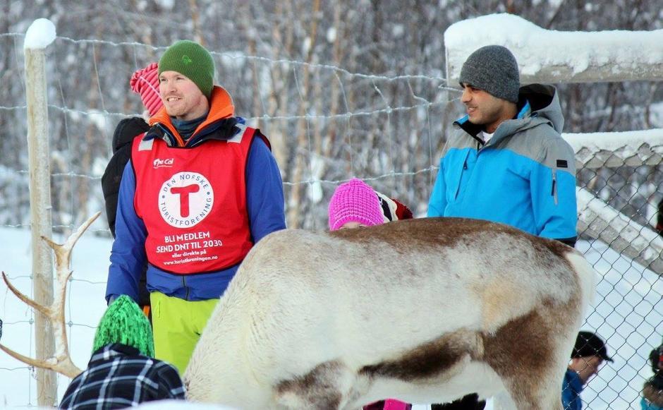 Gøy å hilse på reinsdyrene på Kom deg ut-dagen på Kåringen 7. februar 2016.