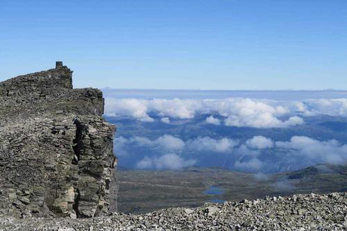 På toppen av Vora med utsyn mot Utvikfjellet.