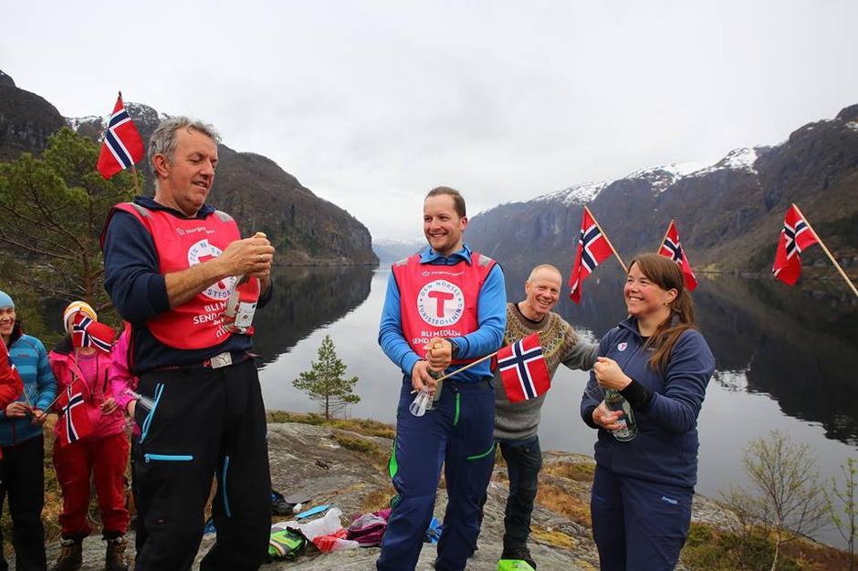 Feiring ved Fyret med bobler og norske flagg
