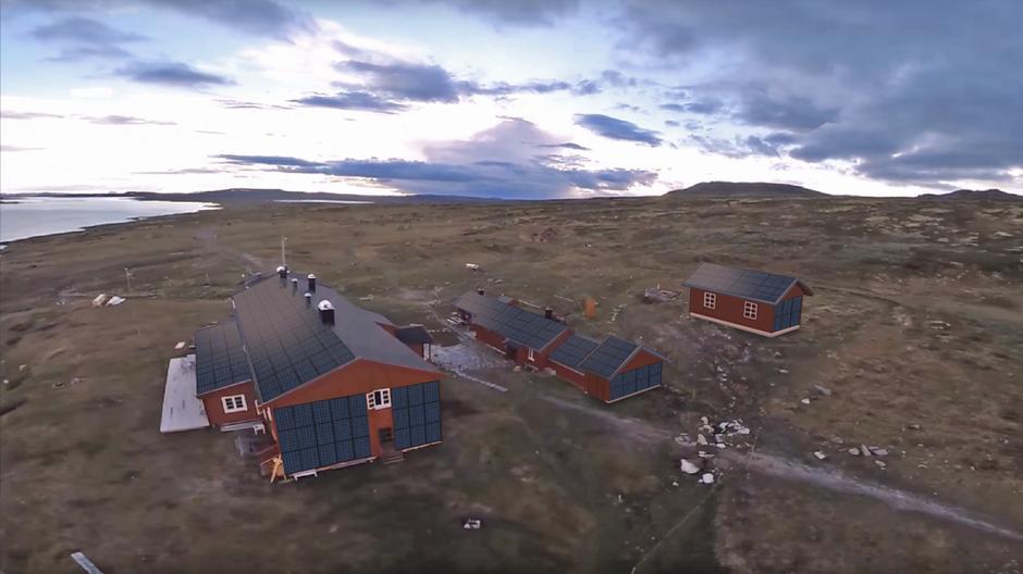 Slik vil hytta se ut med solcelleanlegg.