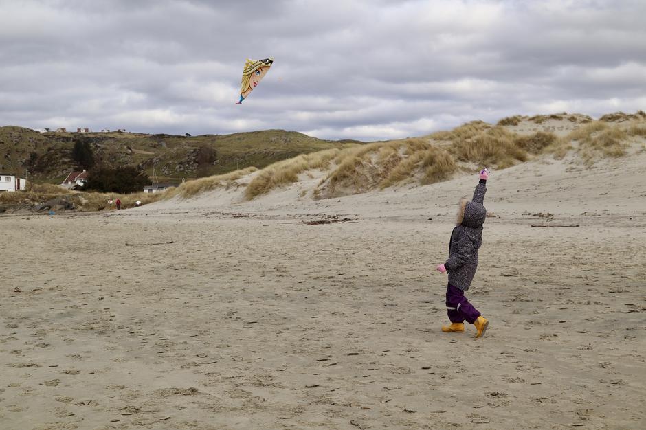 Finn frem dragen og la ungene få boltre seg på stranden! Garantert barndomslykke! Husk ekstra tråd og en saks, i tilfelle snoren skulle surre seg fast og lykken plutselig skulle falle i grus.