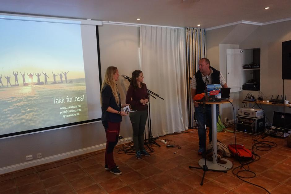 Tursøstrene takkes av daglig leder i AAT, Dag N. Fagermyr