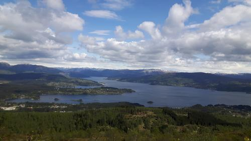 Frå toppen av Gladihaug ser ein innover Osterfjorden.