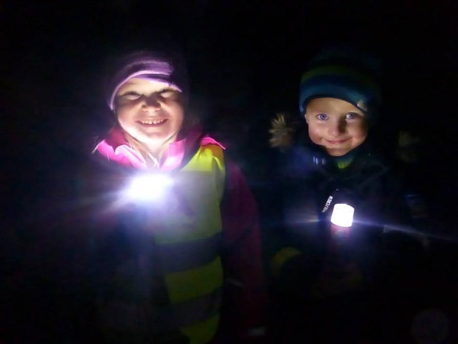 Glade barn på reflekstur ved Honsjøhytta