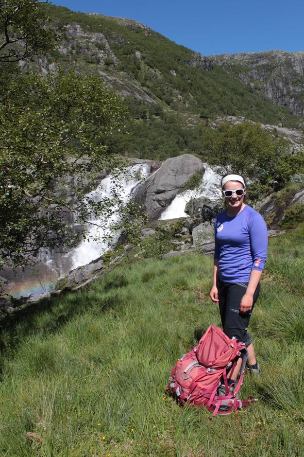 Ann Kristin Kro foran den mektige Hiafossen.