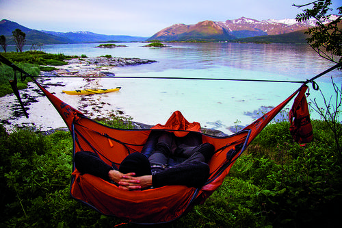 MIDNATTSOL: En hengekøye gir muligheter der et telt ikke  ville vært egnet. Haakon har 360% soveromsutsikt mot Bergsfjorden.