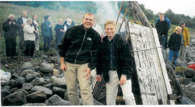 BRYLLUPSHELG: Familie og venner samlet på Austre Åmøy, Stavanger i 2000 for å feire Dag Terje og Bent.