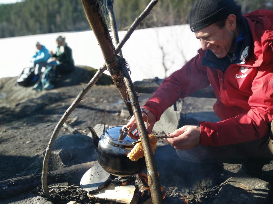 Noen ganger fyres bålet opp på nærturene. Her disker Mehdi og Lisbeth opp med vafler og bålkaffe ved Lutvann.