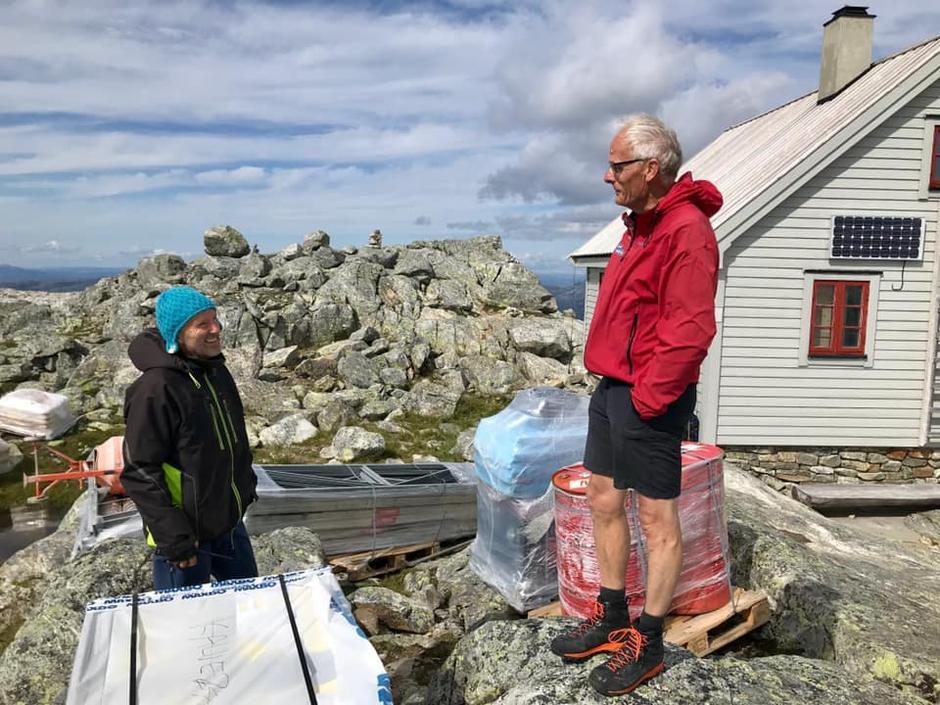 Fredag  9. august ble arbeidet med oppgradering av Fonnabu igangsatt. Byggmester Bjørn S. Vike til venstre i bildet, tilsynsmann på Fonnabu Nils Gausvik til høyre. De jobbet også sammen da hytten ble reist i 1996.