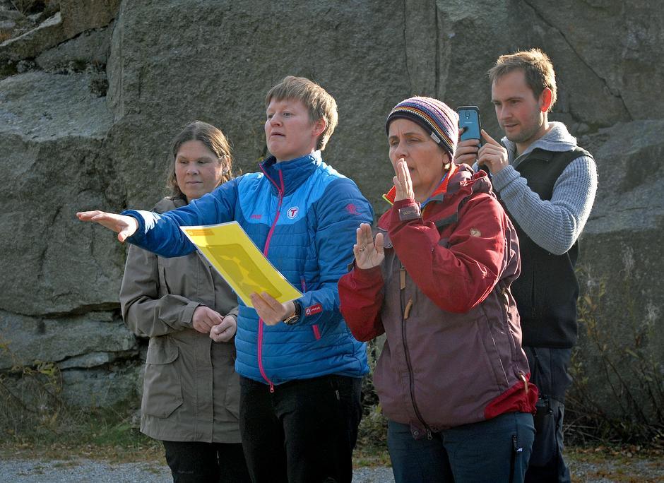 TEAMBUILDING: Samarbeid må til. Det fikk deltakerne praktisert i pausen. Fra venstre Vibeke Kaarstad fra Blindeforbundet, turleder i STF Margaret Åsly, Mette Aske i Handikappede barns foreldreforening og aktivitør på Preikestolen fjellstue Ties van Langen.