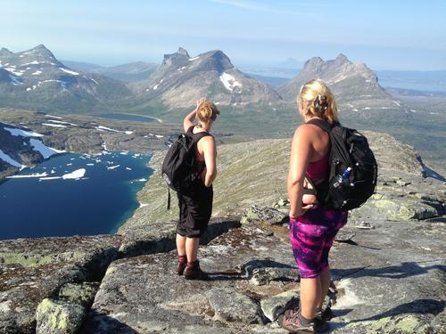 Line og Kine speider mot Børvasstindan på vår vei oppover eggen på Lurfjelltind, 1284 moh, Bodøs høyeste fjell.