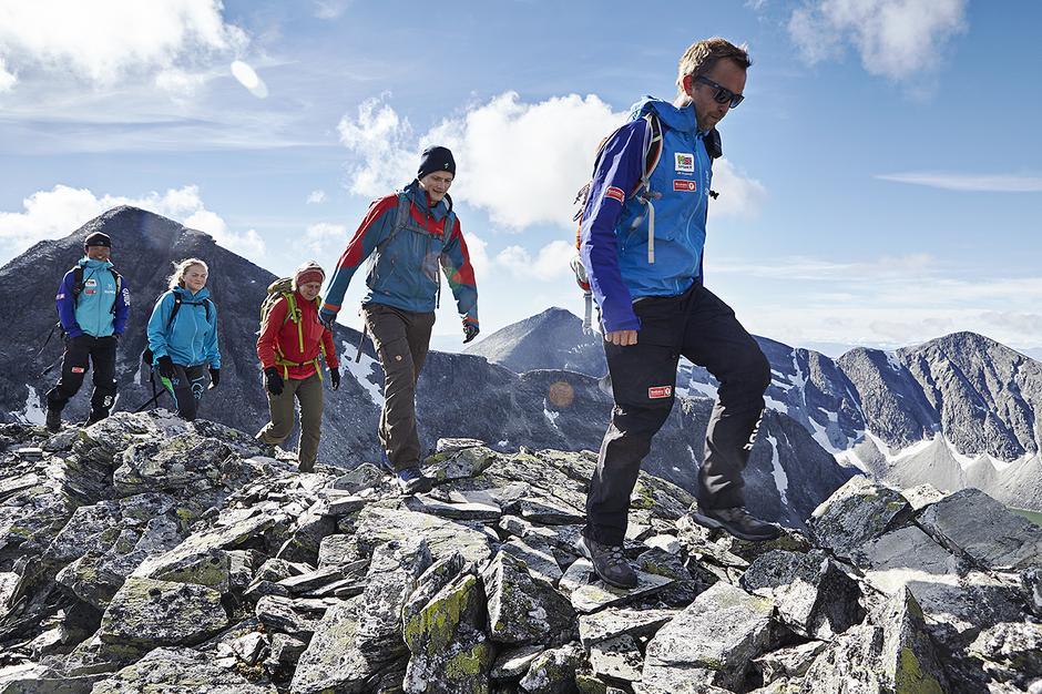 LANG, LANG REKKE: DNT arrangerer mange fellesturer til Rondvassbu - og hytta tilbyr også guidede toppturer. Her en gruppe på vei til Trolltind.