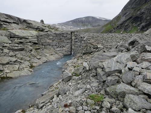 Demningen på Illstigvatnet i Muldal er flott bygd