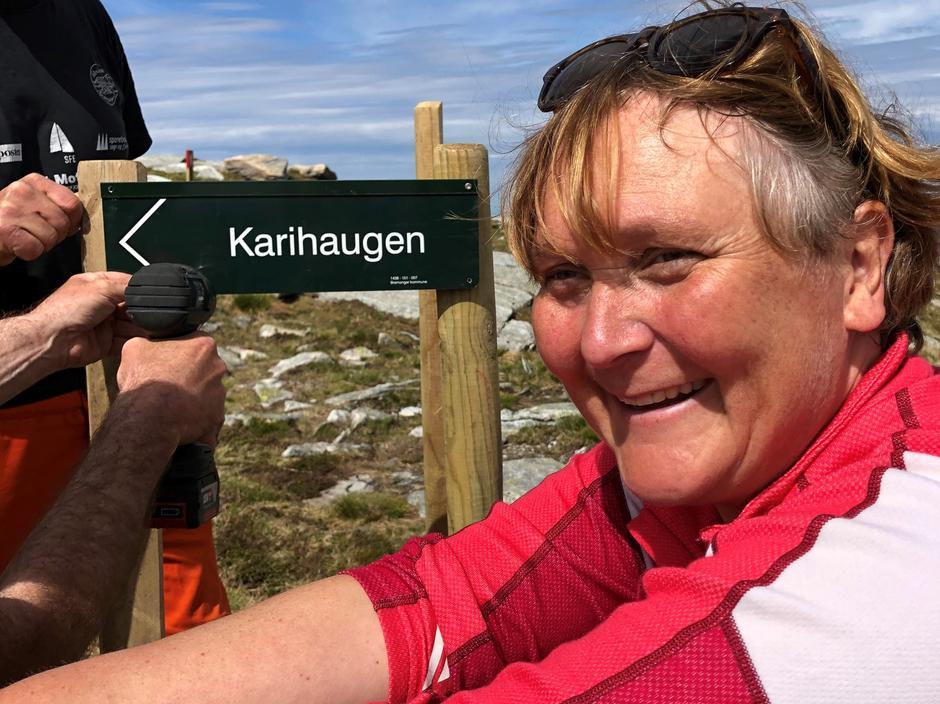 Kari viser veg til Karihaugen. Dette stikrysset viser kor ein kan ta av frå den merka stien og gå umerka vestover til Karihaugen og vidare sørover Bremangerlandet.