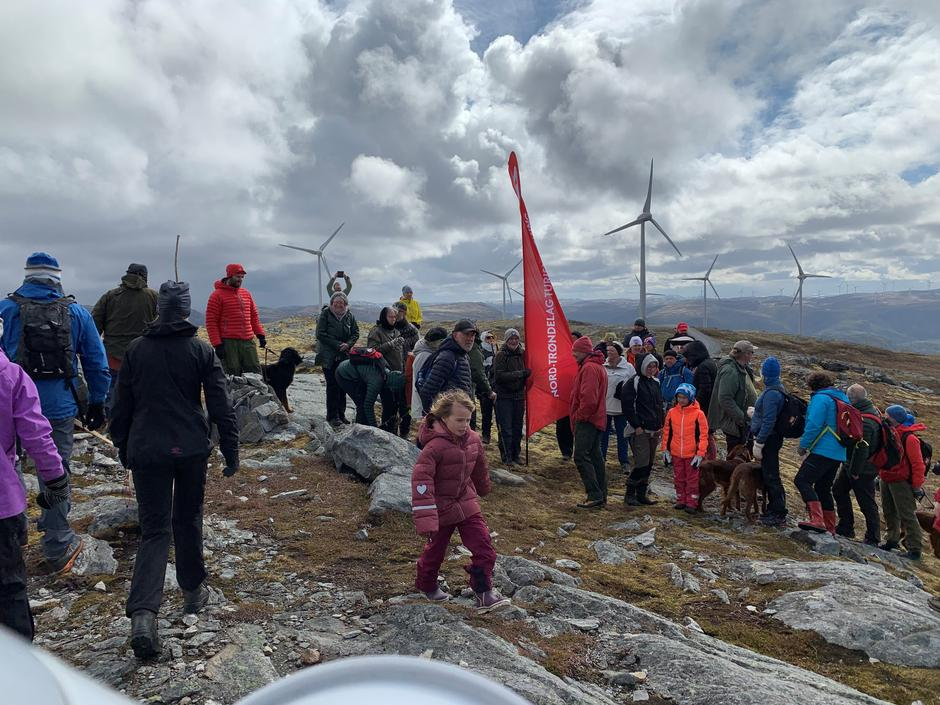 På Bessakerfjellet, Føyas høyeste punkt samlet folk seg for å vise sin støtte til naturen.