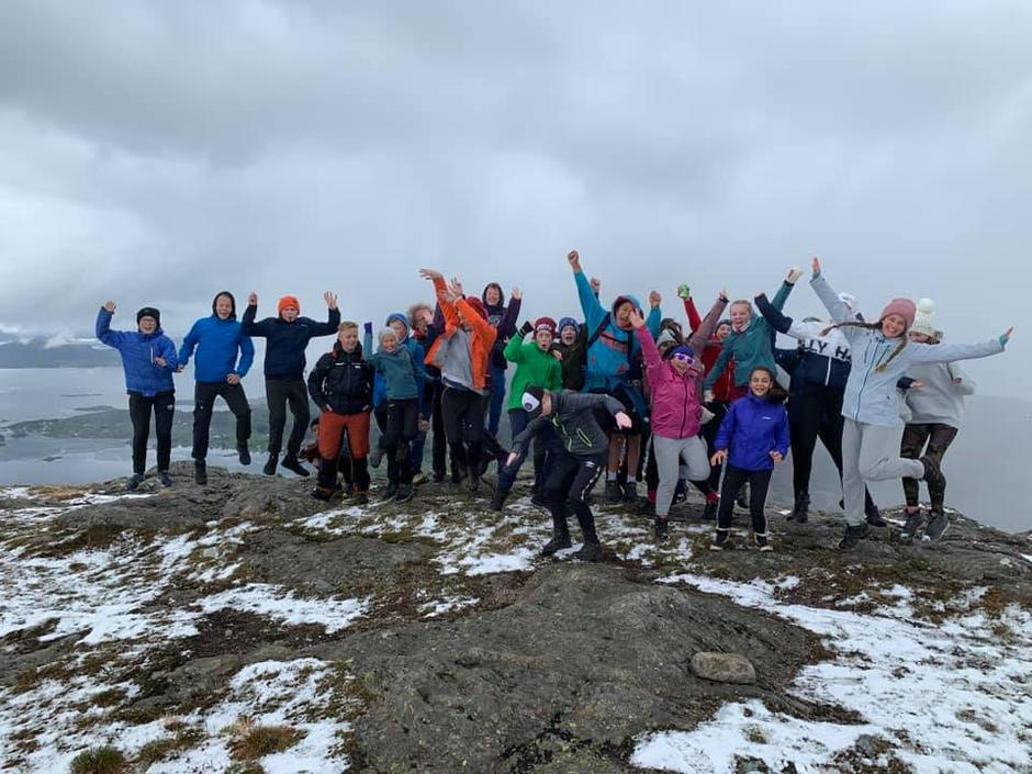 Obligatorisk gruppefoto for elevane frå Askvoll og Gjelsvik på toppen av Blåfjellet.