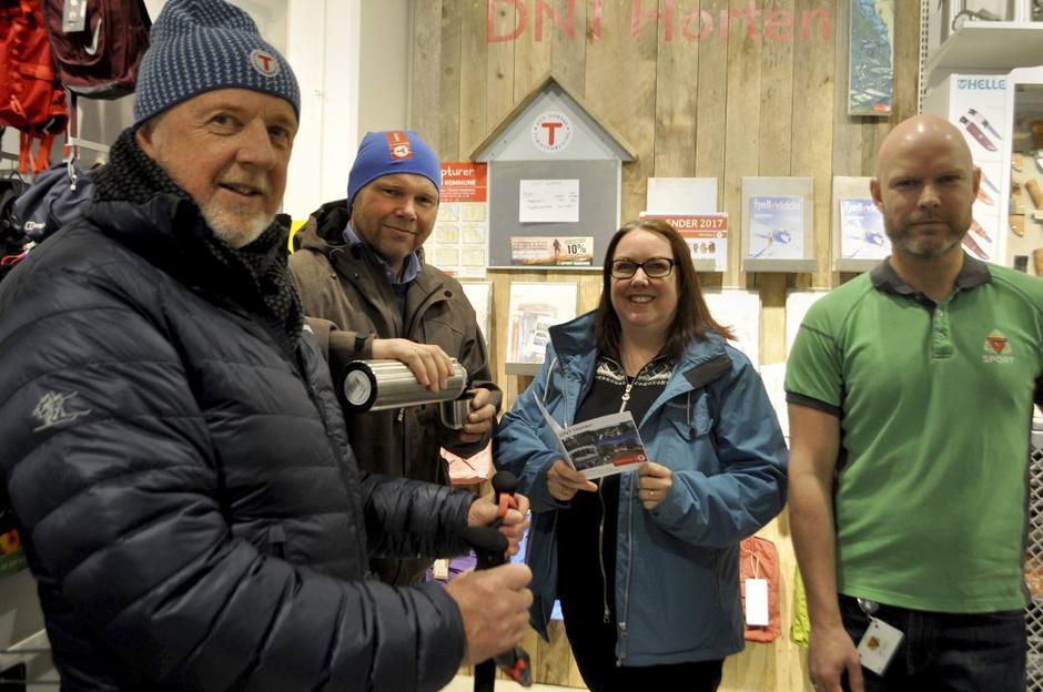 Odd Willy Oterhals, Pål Eirik Johansen og Kristin Løkeberg fra DNT Horten, sammen med butikksjef Pål Espen Sten Gran.