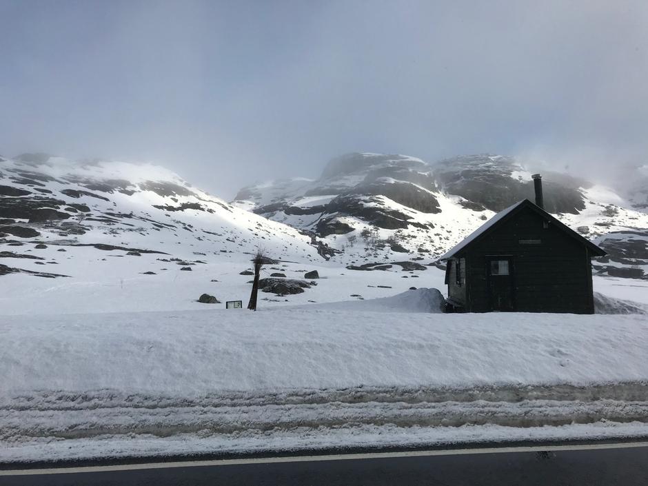 Fremdeles greit med snø fra p.plass ved Lortabu