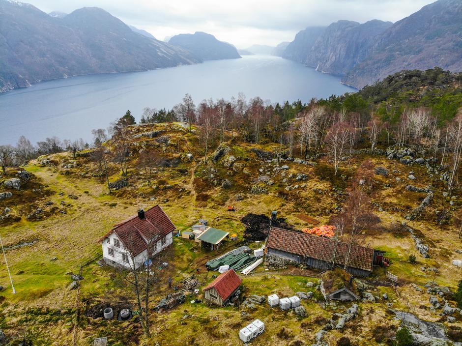 FJELLGARD: Bakken ligger høyt oppe i ei li overfor Lysefjorden. Nå er de første materialene og verktøyet til rehabiliteringsprosjektet på plass.