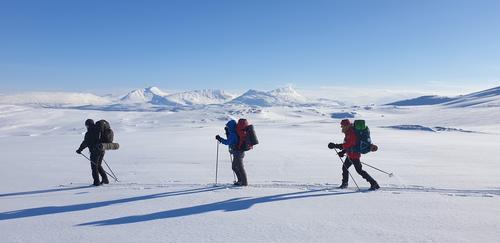 Utsikt til trehodet fjell: Satertind, Båtfjellet og Solvågtind