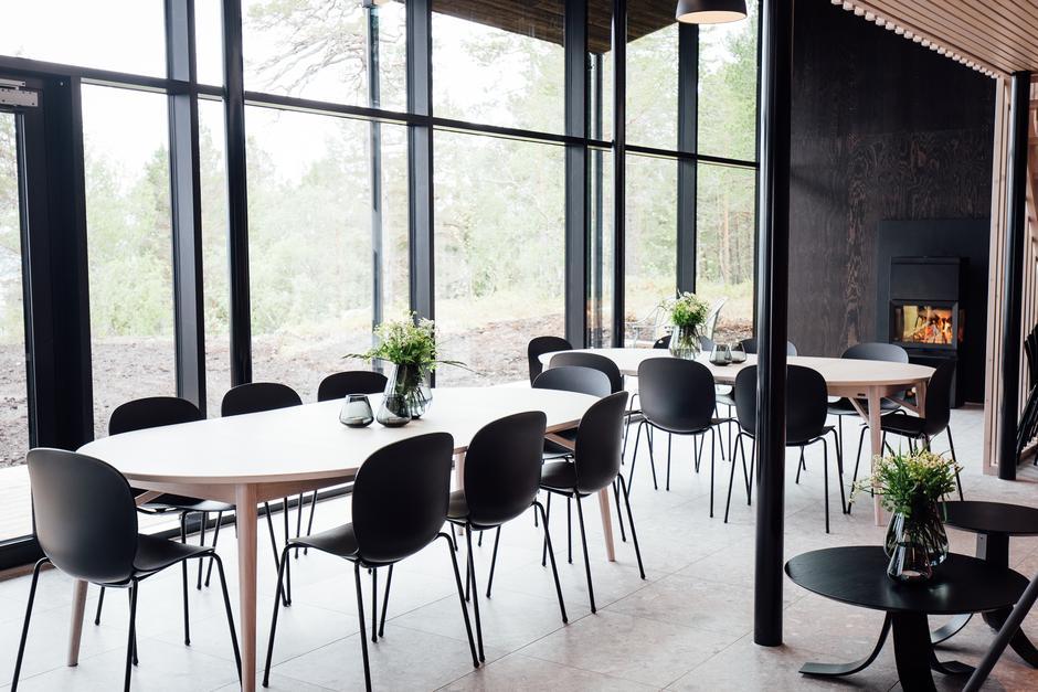 Det er stoler, bord og utstyr til å dekke for ca. 45 personer.