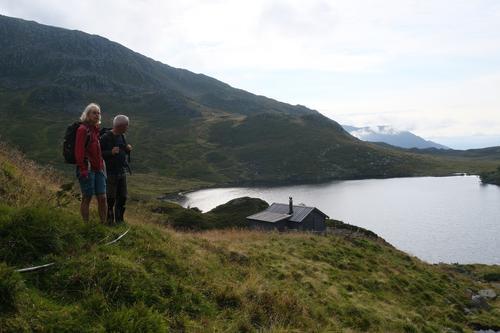 Kustøl ligg idyllisk til mellom Kvanto og Skinabergsnuten. Turleiarane Grete Solheim og Jarle Fossheim.