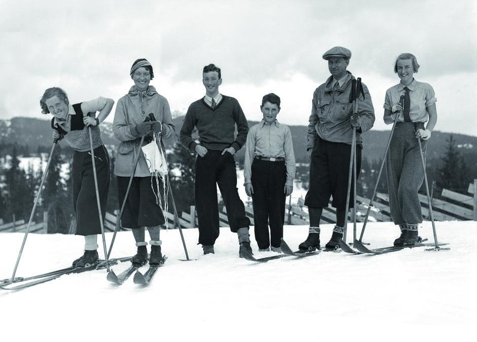 Tidstypiske: En glad gjeng fra 1930-tallet kledd i ull, vadmel og bomull.