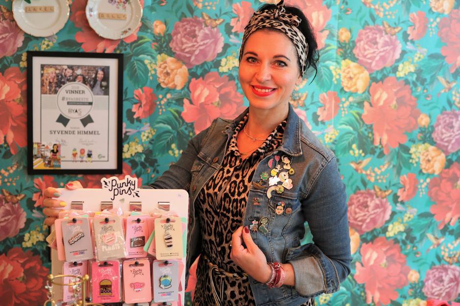 Innehaver av trendbutikken Syvende himmel, Inger Johanne Rodvelt, merker også stor etterspørsel etter pins!