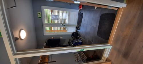 Inngangsparti. Vi gjør oppmerksom på at det er dørlister slik som på dette bildet også ellers i hytten.