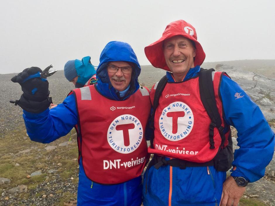 Knut Storteig holdt ut i vind, tåke og regn på Keiservarden. Her sammen med Bjørnar Nystrand.