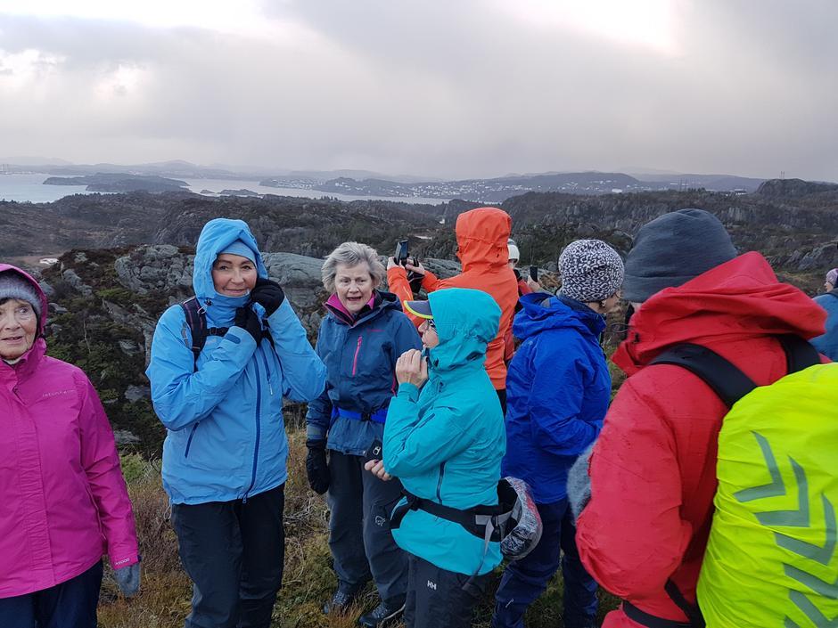 Fin utsikt frå Ørnnipa, men vi måtte passe oss i vinden. Det er høgt utfor kanten. Mot nord her ser vi begyggelse på Askøy.
