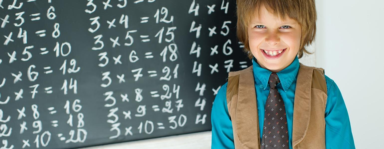 Kind-lernt-das-kleine-Einmaleins-an-der-Tafel