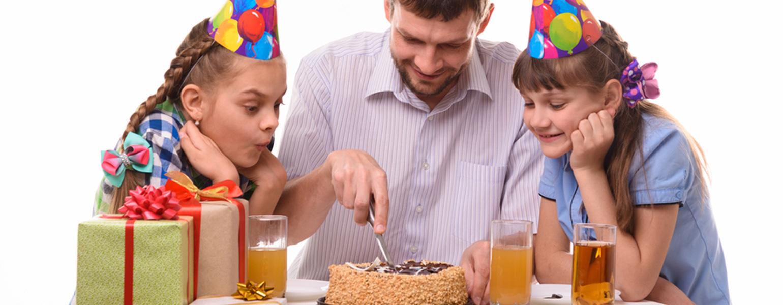 Papa-schneidet-Geburtstagskuchen-in-sechs-Teile