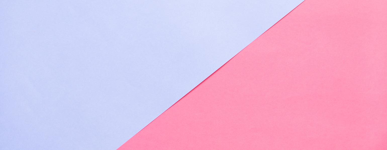 zwei-blaue-und-rosa-farbene-Papierdreiecke