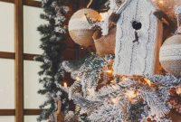 Weihnachtsdeko-am-Weihnachtsbaum-im-Wohnzimmer