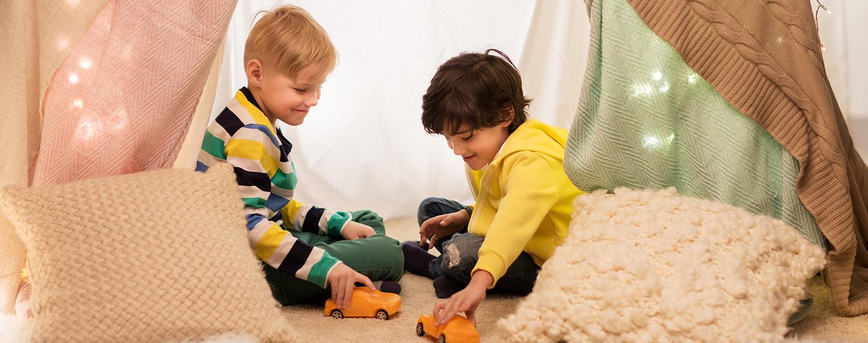jungen spielen im zelt