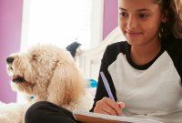 Konzentration-steigern-beim-Kind-Madchen-arbeitet-konzentriert-mit-Laptop-und-Notizblock