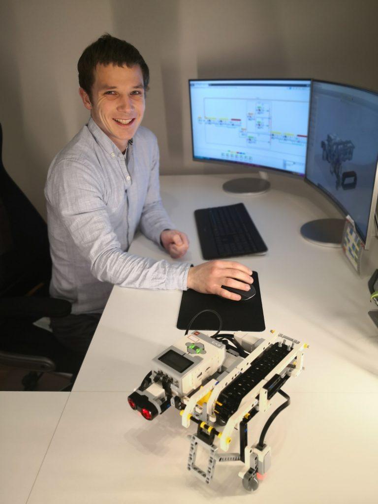 Lehrer-Markus-Pollinger-mit-Roboter