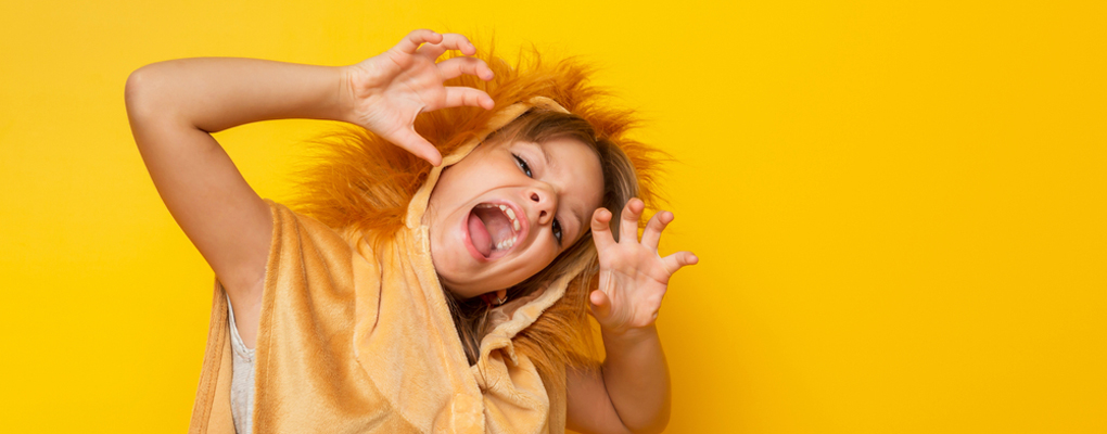 Ein Kind als Löwe verkleidet